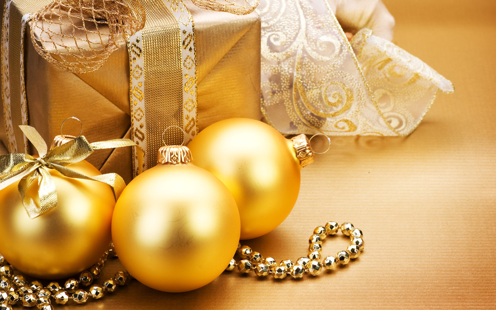 Golden Christmas Balls And Gifts 001011
