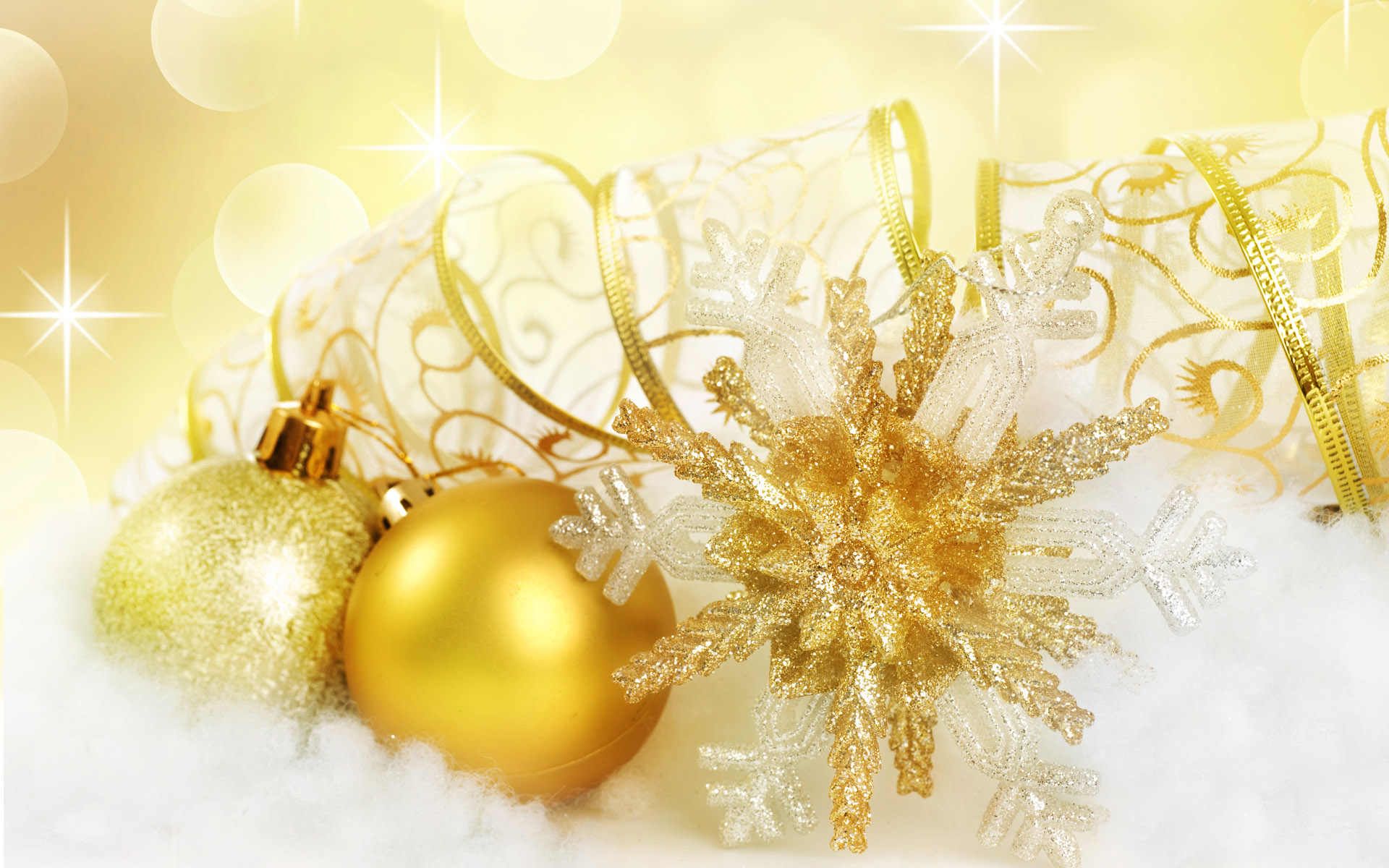 golden_christmas_baubles_and_decorations_004007